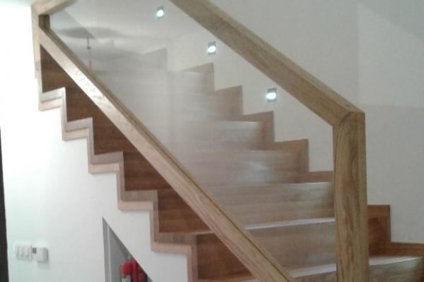 balustrada-drewniana-z-wypelnieniem-szklanym-wroclawDBA5A3E9-FE5B-2157-2326-D88648B18196.jpg