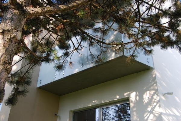 balustrada-samonosna-mleczna-ze-szkla-hartowanego-laminowanego-slowacja80E58A16-8956-E658-3927-76F8E561041A.jpg