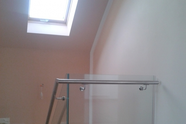 balustrada-samonosna-szklana-przezroczysta-wraz-z-pochwytem-wilkow85713F4B-0987-B637-5382-23706488FCF9.jpg