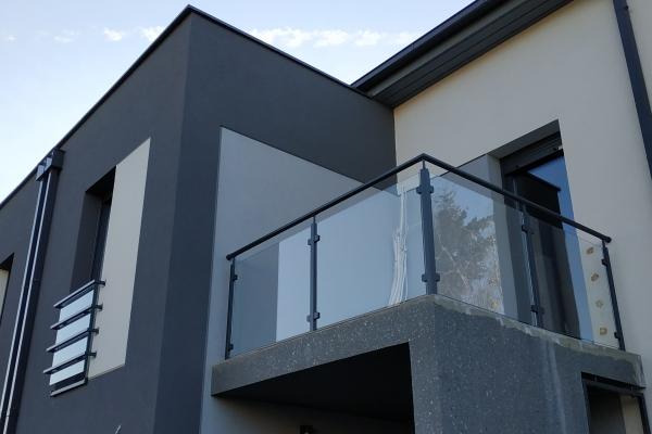 balustrada-szklana-lakierowana-wraz-ze-słupkami-pionowymi-i-uchwytami-do-szkła-wrocław5D5E2029-E8BF-8DDE-96E1-F142709BB9E9.jpg