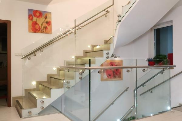 balustrada-szklana-mocowana-punktowo-do-boku-schodów-wraz-z-pochwytem-ze-stali-nierdzewnej-mocowanym-do-boku-szkła-kruszyn85A99214-895D-886A-1D7F-BF040E116001.jpg