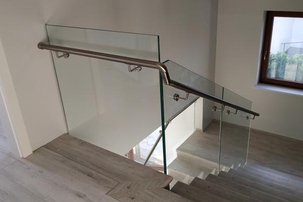 balustrada-szklana-samonośna-mocowana-punktowo-wraz-z-pochwytem-ze-stali-nierdzewnej-warszawa3171B450-156A-3667-073B-171D6819AC86.jpg