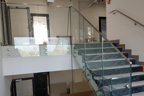 balustrada-szklana-samonośna-mocowana-punktowow-ze-stali-nierdzewnej-kwasoodpornej-wraz-z-pochwytem-ze-stali-nierdzewnej-szlifowanej-5-pięter-żoryF52DCDA1-6713-A237-BE47-098E7AEBCCA6.jpg