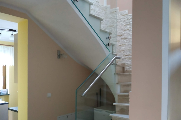 balustrada-szklana-samonośna-ze-szkła-hartowanego-laminowanego-typu-optiwhite-2x8-mm-opoleDA5AEB8A-E4A4-89A3-AECC-E95632022942.jpg