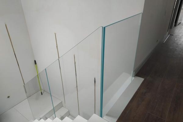 balustrada-szklana-samonośna-ze-szkła-hartowanego-laminowanego-typu-optiwhite-wrocław5F142C26-D749-145B-26B1-021C5D16204B.jpg