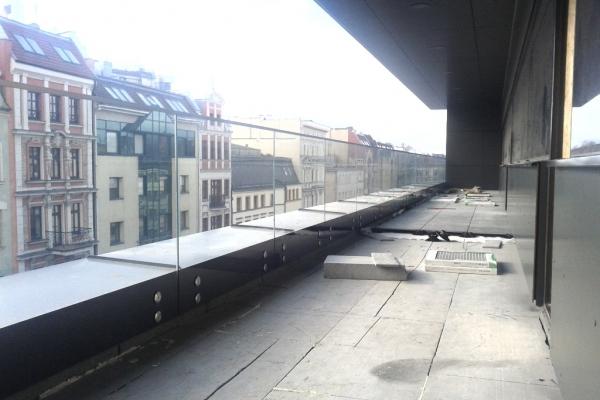 balustrada-szklana-samonosna-mocowana-punktowo-do-podkonstrukcji-stalowej-z-paskiem-maskujacym-wroclaw-business-centrum113E70D2-CEE0-AB42-9887-F4B18FA54294.jpg