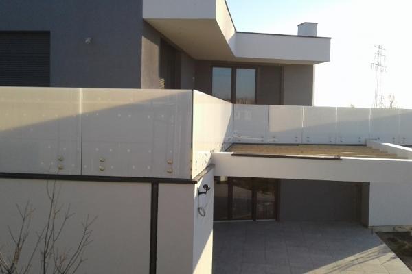 balustrada-szklana-samonosna-ze-szkla-mlecznego-typu-optiwhite-wraz-z-mocowaniami-ze-stali-nierdzewnej-wroclaw4F50356C-0669-EEFF-EF2D-8313D0C7791F.jpg