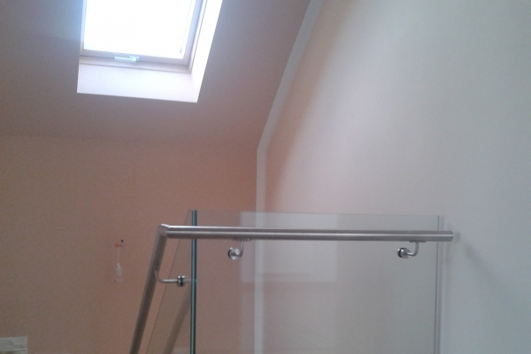 balustrada-ze-szkła-hartowanego-laminowanego-przezroczystego-wraz-z-pochwytem-mocowanym-do-boku-szkła-opole362B39D4-8D9A-F31C-BF13-969FE9C23CC5.jpg