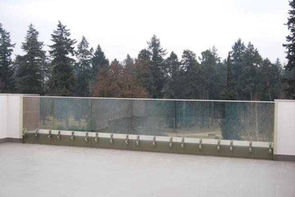 balustrada_szklana_barwiona_w_masie_wroclawFFD6121F-2AC5-FC3D-EF19-F79ABFF673ED.jpg
