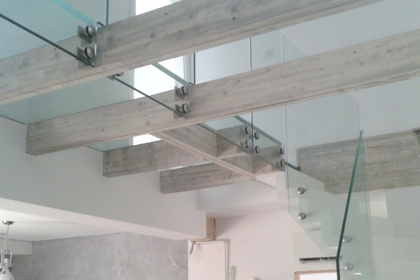 balustrady-szklane-wraz-z-podloga-szklana-montowane-do-belek-drewnianych-warszawa040DCE9E-8313-7EC0-828C-4D61E9B21C0B.jpg