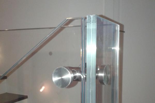 lacznik-usztywniajacy-do-balustrady-szklanej-samonosnej-wraz-ze-szklem-typu-optiwhiteB455862F-8540-4259-2417-D15BE5DDA53E.jpg