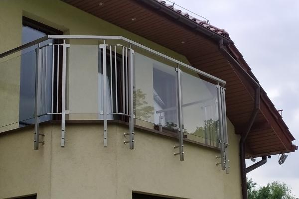 szklana-balustrada-mocowana-do-słupków-wykonanych-ze-stali-nierdzewnej-wrocław70D3180B-625F-6B8D-86E0-4C72ED02CFD3.jpg