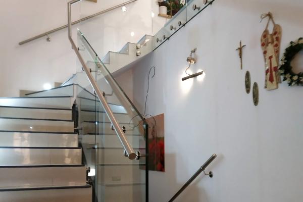 szklana-balustrada-samonośna-mocowana-do-boku-schodów-za-pomoca-mocowań-punktowych-wraz-z-pochwytem-kruszynA716C56F-9FAB-A914-8468-E94D680355AB.jpg