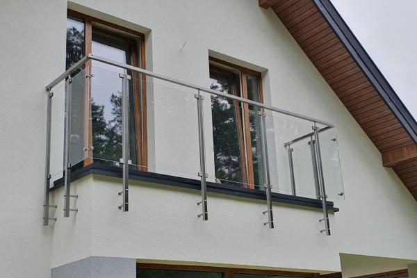 szklana-balustrada-wraz-z-podkonstrucją-ze-stali-nierdzewnej-warszawaEBA7088C-511B-2E06-62D7-F261E6CC9E01.jpg