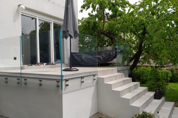 szklana-balustrada-ze-szkła-typu-optiwhite-hartowana-lamiowana-wraz-z-uchwytami-ze-stali-nierdzewnej-wrocław7B64DB3F-B4BF-394E-03EA-16AD694E3BAE.jpg