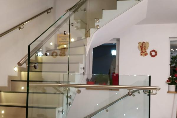 wypełnienie-schodów-wraz-z-antresolą-balustradą-ze-szkła-samonośnego-hartowanego-laminowanego-wraz-z-pochwytem-kruszynD9DA3E89-403F-9D03-BA4D-35E403F6EADE.jpg