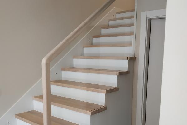 wypełnienie-szklane-balustrady-drewnianej-wraz-z-wycięciami-pod-stopnie-drewniane-wrocław3681AE76-6966-F71E-D823-52DCE6371B89.jpg