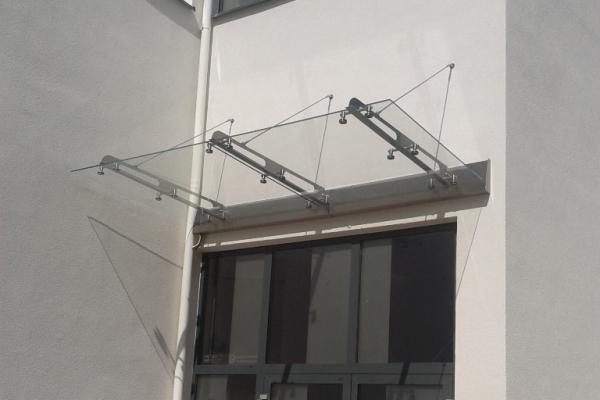 daszek-szklany-na-belkach-wsporczych-ze-stali-nierdzewnej-i-ze-spadkiem-do-elewacji-wraz-z-orynnowaniem-kolo631C0B6A-4E6F-2D0E-8495-D561FB933D1C.jpg