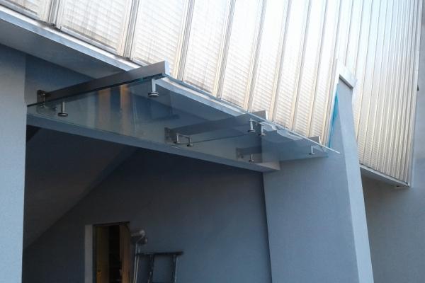daszek-szklany-na-belkach-wsporczych-ze-stali-nierdzewnej-szlifowanej-obiekt-sportowy-kaliszBBC9DD08-AE6A-D7EC-BBCE-E6449F4AFC9F.jpg