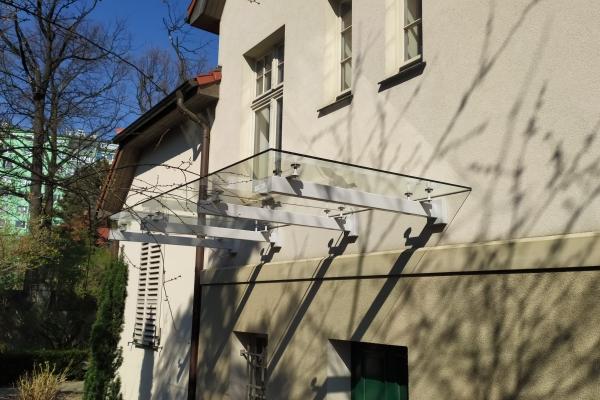 daszek-szklany-na-podkonstrukcji-lakierowanej-ze-szkłem-hartowanym-laminowanym-przezroczystym-wrocławE3F4F9BA-F98D-0BB6-C7F4-B1E85098624B.jpg