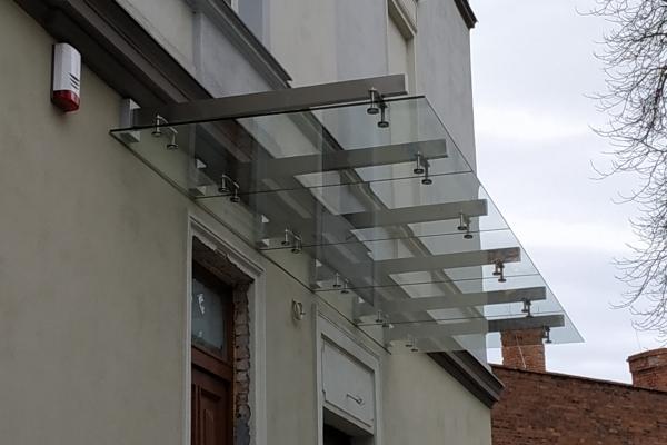 daszek-szklany-na-podkonstrukcji-ze-stali-nierdzewnej-szlifowanej-brzeg974684A9-938D-90A8-C57D-A6DE02DB9971.jpg