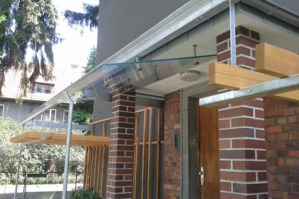 szklany-daszek-mocowany-punktowo-nad-wejsciem-do-budynku-wroclaw72D70570-C8A5-0355-8A56-DDE4E673F8C8.jpg