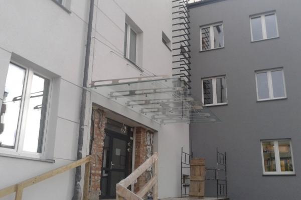 zadaszenie-szklane-wraz-z-belkami-ze-stali-nierdzewnej-szlifowane-wypalane-laserowo-urzad-miasta-knurowDD471649-C89A-C970-E97B-E37174D9FC8A.jpg