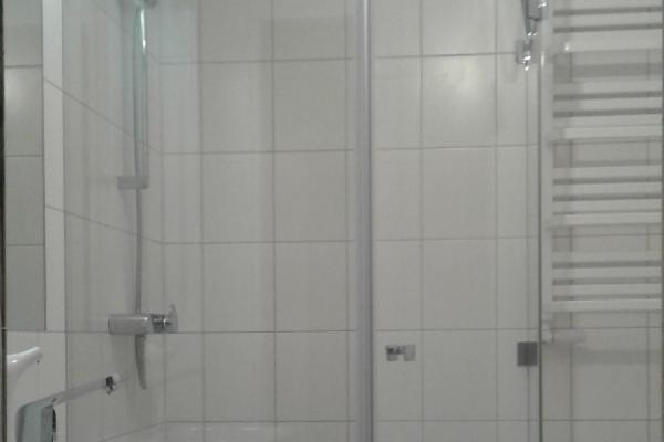 zabudowa-kabiny-prysznicowej-z-drzwiami-szklanymi-pod-katem-135-stopni-wroclawE8E17E5C-355D-F694-53FC-80C35079D079.jpg