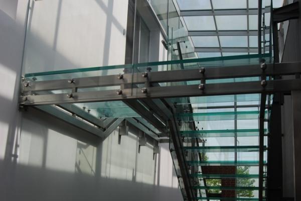 schody-szklane-wraz-z-podkonstrukcja-ze-stali-nierdzewnej-oraz-balustrada-szklana-mirkow869E46CC-E481-463D-699D-B02190408C22.jpg