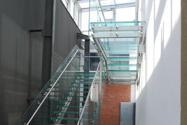 szklane-schody-na-podkosntrukcji-ze-stali-nierdzewnej-wraz-ze-stopniami-szklanymi-oraz-balustrada-szklana-i-pochwytem-stalowym9F352308-5E7C-7F27-5EB9-59AC855A8922.jpg