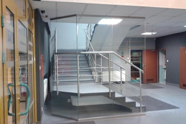 szklana-scianka-w-profilu-aluminiowym-typu-gora-dol-ze-szkla-hartowanego-laminowanego-wroclaw-mpwikD91E5C3A-D35F-6534-525D-B222B895CCD2.jpg