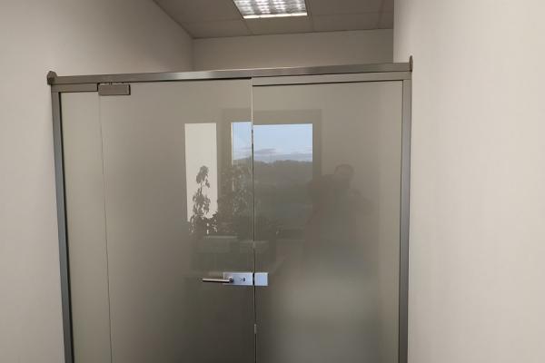 zabudowa-szklana-ze-szkła-hartowana-mlecznego-lubańF657674F-2249-F55C-BB58-A089408D32D2.jpg