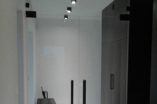 zabudowa-z-drzwiami-dwuskrzydłowymi-osadzonymi-na-samozamykaczu-podłowym-wraz-z-mocowaniami-w-kolorze-czarnym-łomiankiF3AA0603-A0AE-1249-AF34-5F5D729FC198.jpg